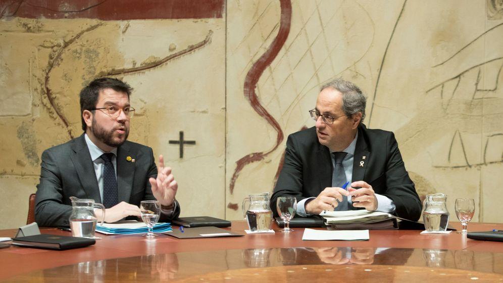 Foto: Quim Torra y su vicepresidente y conseller de Economía, Pere Aragonés (i), durante la reunión del ejecutivo catalán. (EFE)