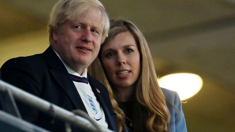 Boris Johnson y su esposa, Carrie Johnson. (EFE)