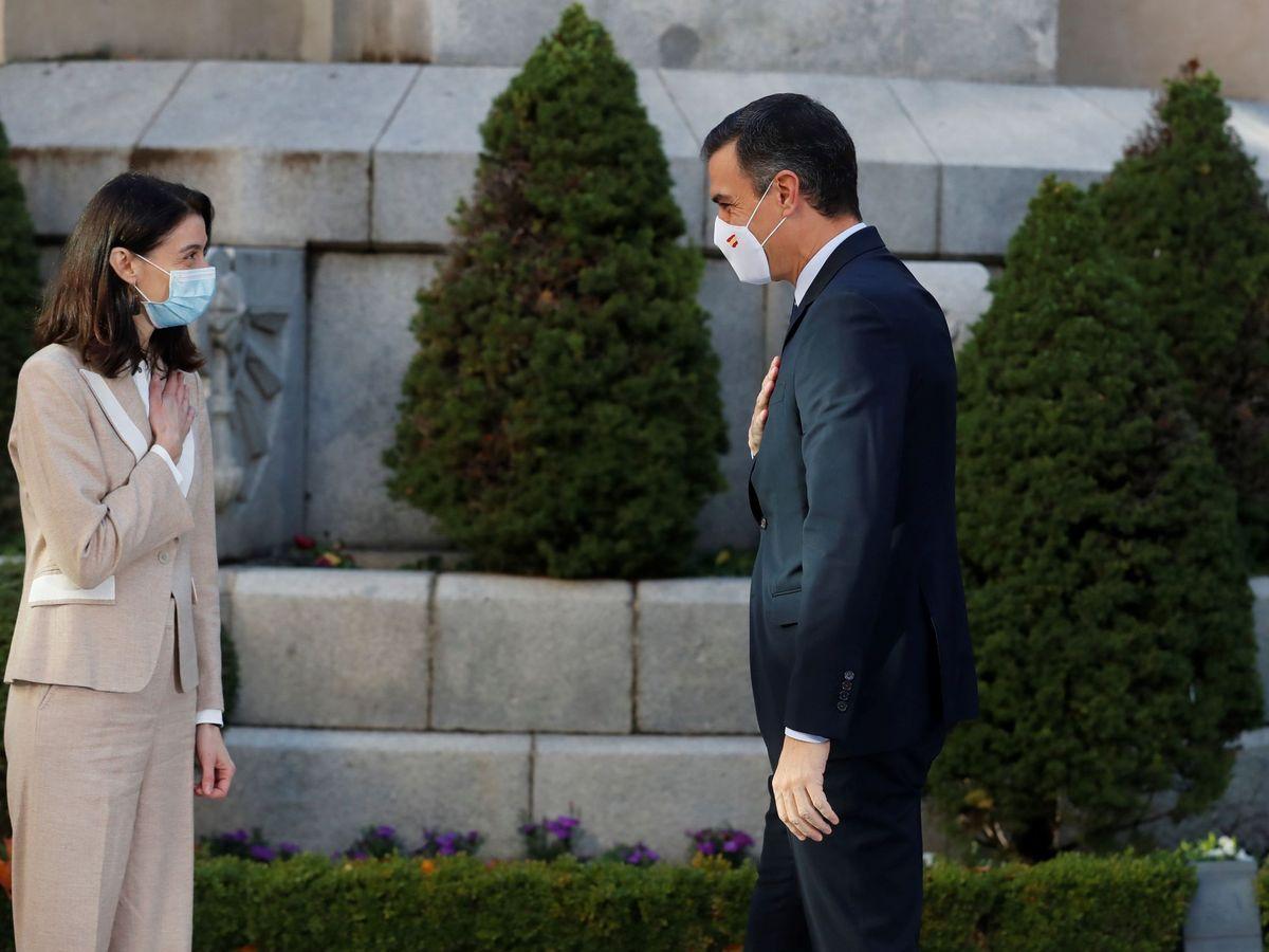 Foto: El presidente del Gobierno, Pedro Sánchez (d) saluda a la presidenta del Senado, Pilar Llop (i) a su llegada al Senado este lunes a la Conferencia de presidentes autonómicos. (EFE)