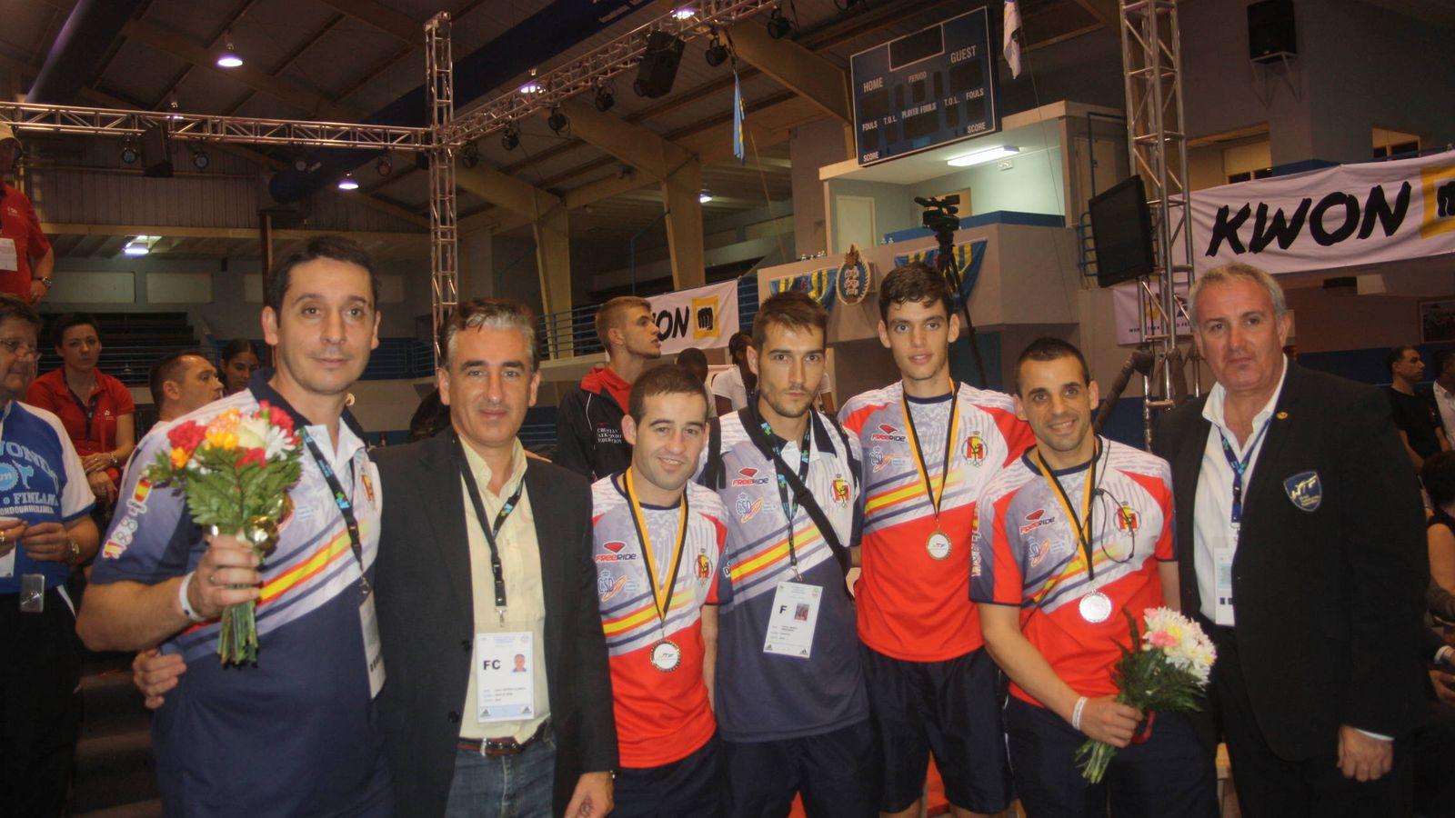Foto: Santi Malvar (segundo por la izquierda) ganó el bronce en el Mundial de Aruba 2012. A su izquierda, Jesús Castellanos, presidente de la federación. (Fotos: Santi Malvar)