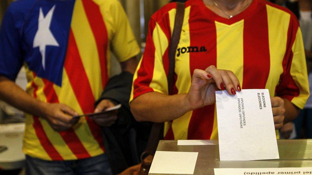 Foto: Una ciudadana deposita su voto en una mesa de en un colegio electoral de Barcelona. (Efe)