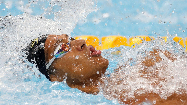 El nadador español Hugo González compite en la prueba masculina de 100m Espalda. (EFE)