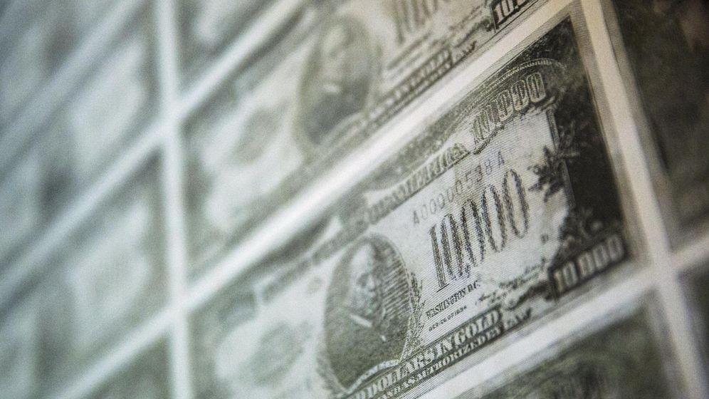 Foto: Un billete de 10.000 dólares adorna las paredes de la exposición 'América en circulación' en el Museo de las Finanzas  estadounidense de Nueva York. (Reuters)