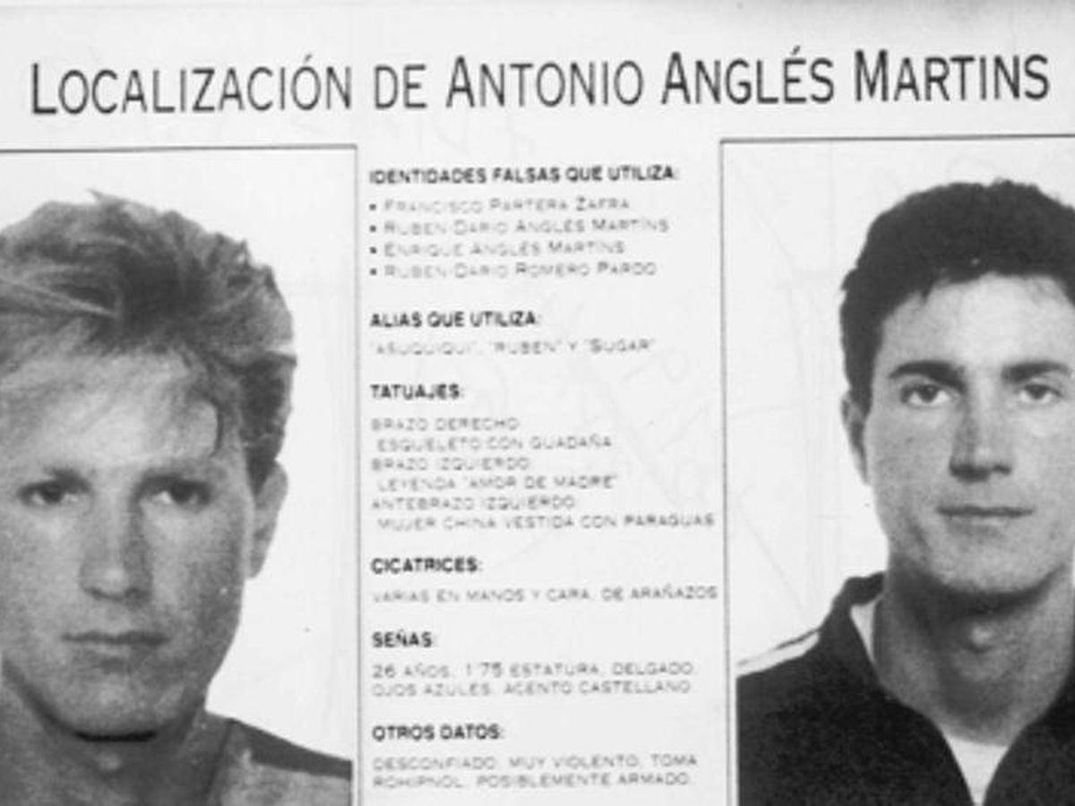 Foto: Cartel de búsqueda y captura de Antonio Anglés, en la foto de la derecha.