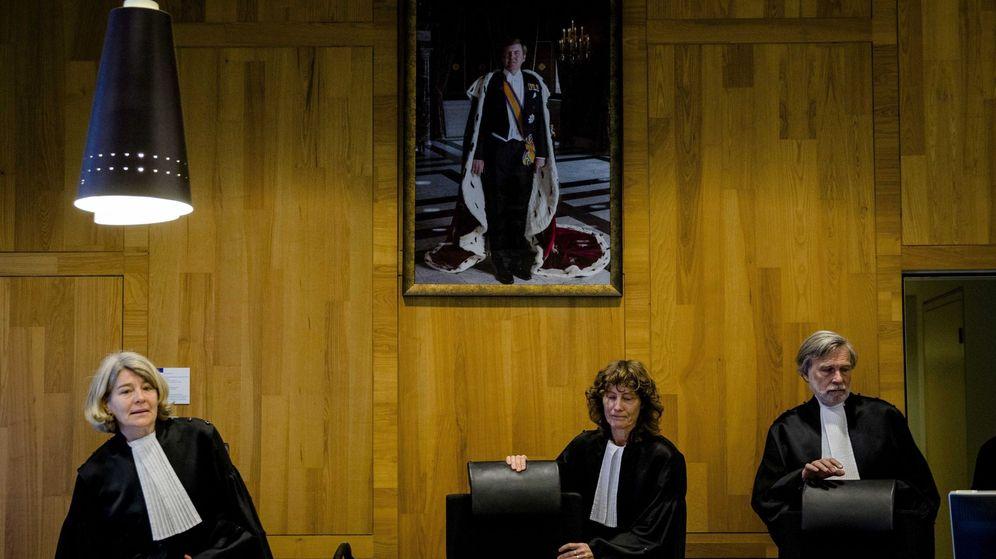 Foto: Los jueces toman asiento antes de retomar el juicio entre la Federación rusa y la petrolera Yukos Universal en la Corte Permanente de Arbitraje de La Haya. (EFE)
