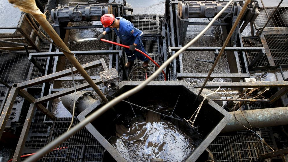 Foto: Contenedor con petróleo en una planta (Reuters)