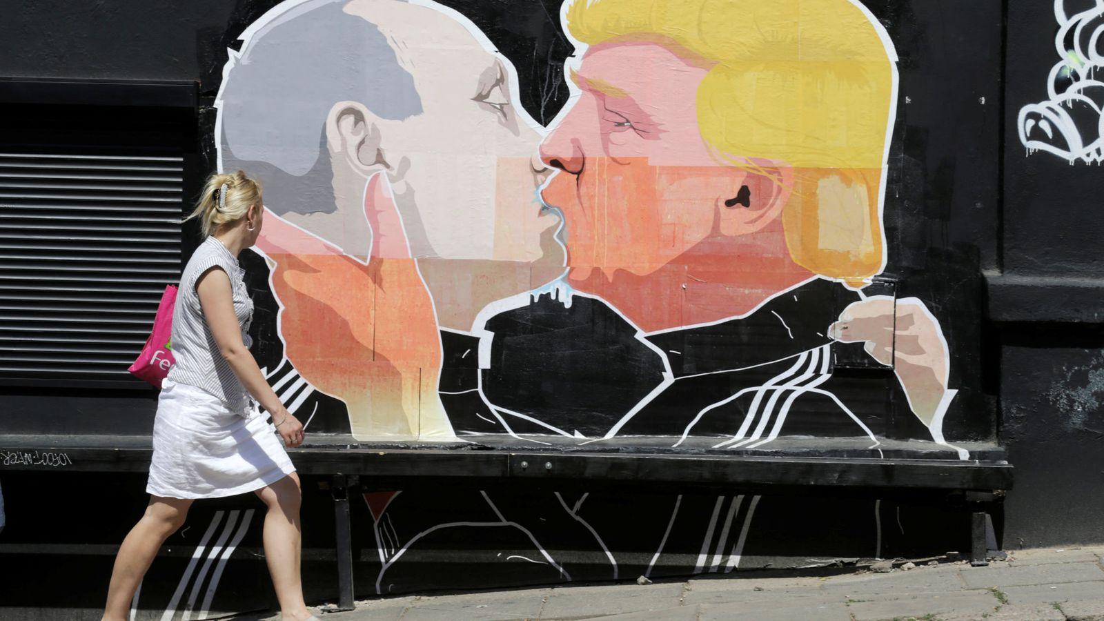 Foto: Una mujer pasa frente a un graffiti en Vilnius (Reuters)