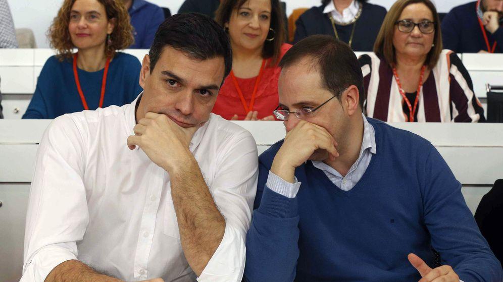 Foto: Pedro Sánchez charla con su secretario de Organización, César Luena, durante el comité federal de este 30 de enero. (EFE)