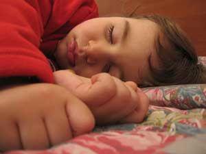 Apretar los dientes al dormir causa problemas en la escuela