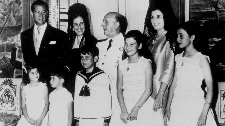 Franco con su mujer, su hija, su yerno Cristóbal Martínez-Bordiú y cinco de sus siete nietos. (CP)
