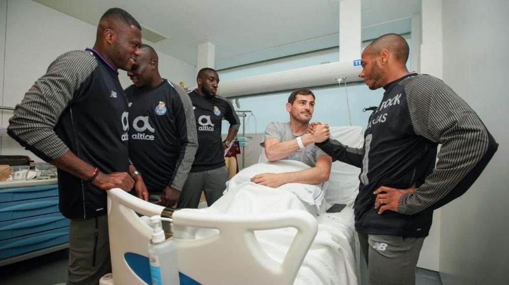 Foto: Iker Casillas saluda a los compañeros que le visitaron este viernes en el hospital. (EFE)