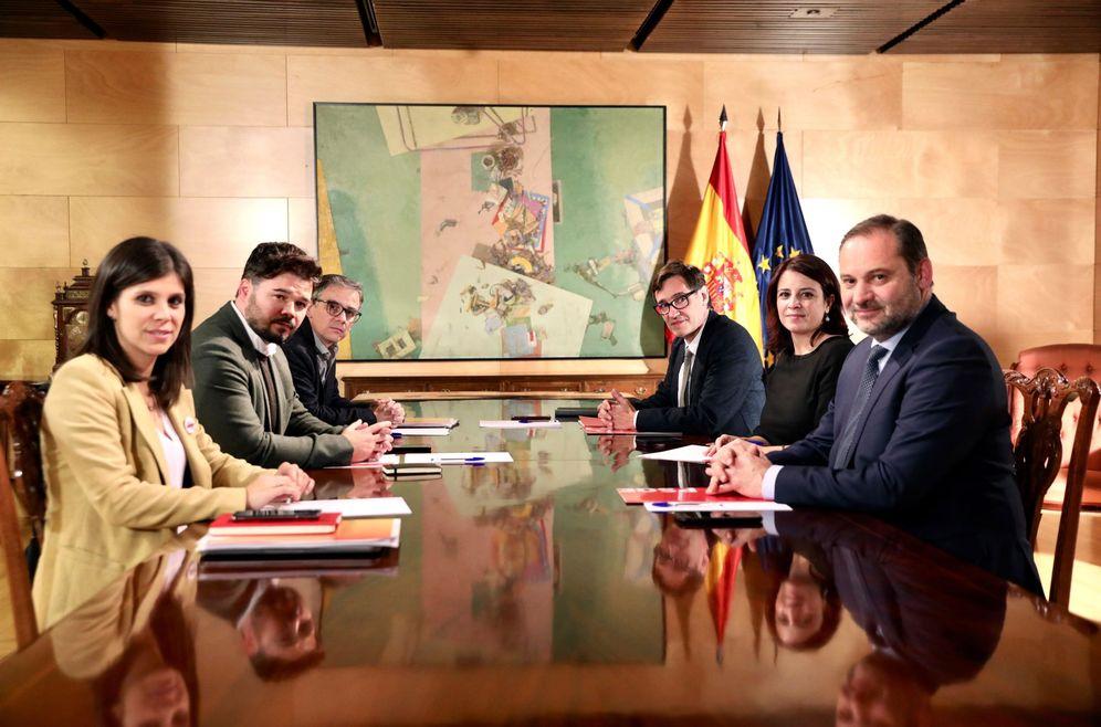 Foto: Los equipos negociadores de PSOE (dcha) y ERC (izda), este 3 de diciembre en el Congreso. (EFE)