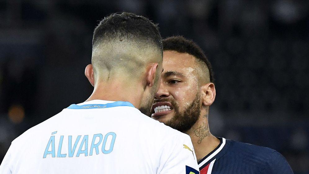 Foto: Neymar se encara con Álvaro González en el Clásico francés entre el PSG y el Olympique de Marsella. (EFE)