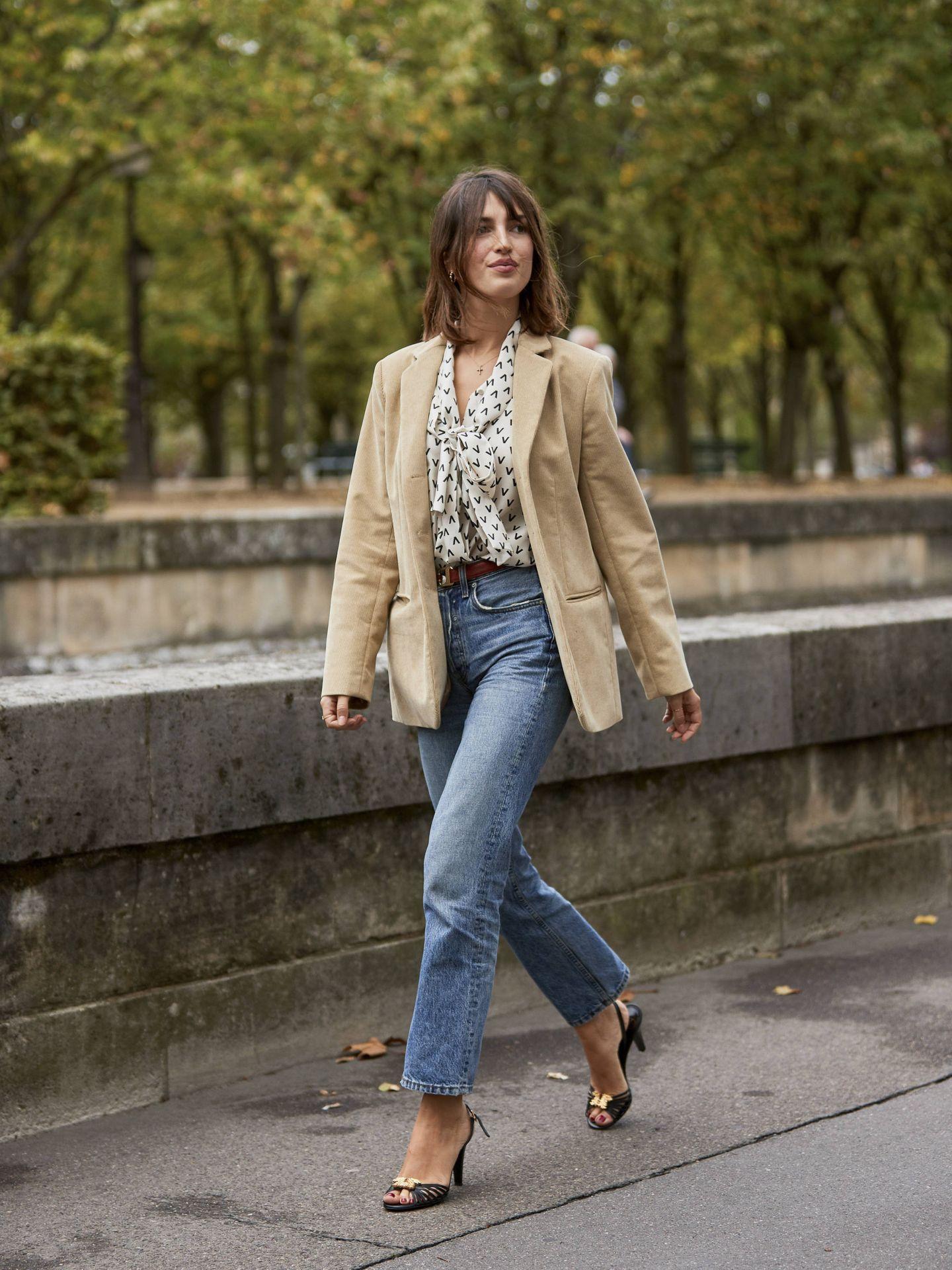 Jeanne Damas, paseando por París.  (Imaxtree)