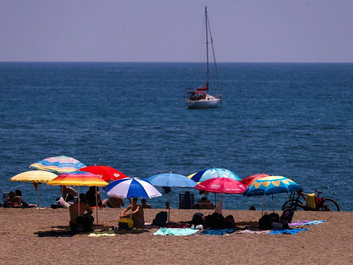 Foto: Sombrillas en la playa de La Malagueta. (EFE)