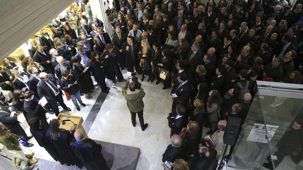 Foto: Abogados del turno de oficio se encierran en el Colegio de Abogados de Madrid en defensa de la dignidad de la justicia gratuita. (EFE)