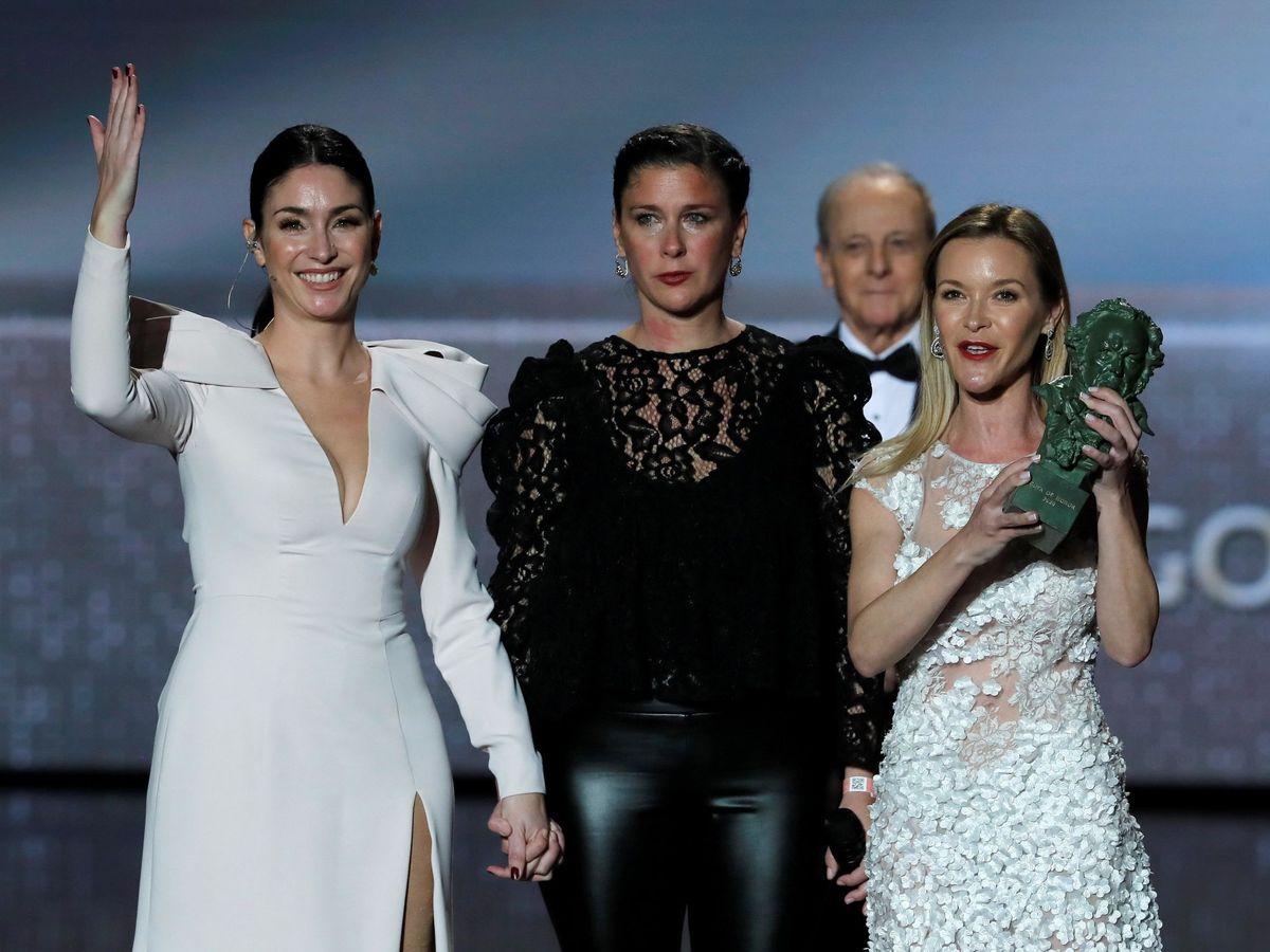 Foto: Tamara Esteve, en el centro, con sus hermanas, Celia y María. (EFE)