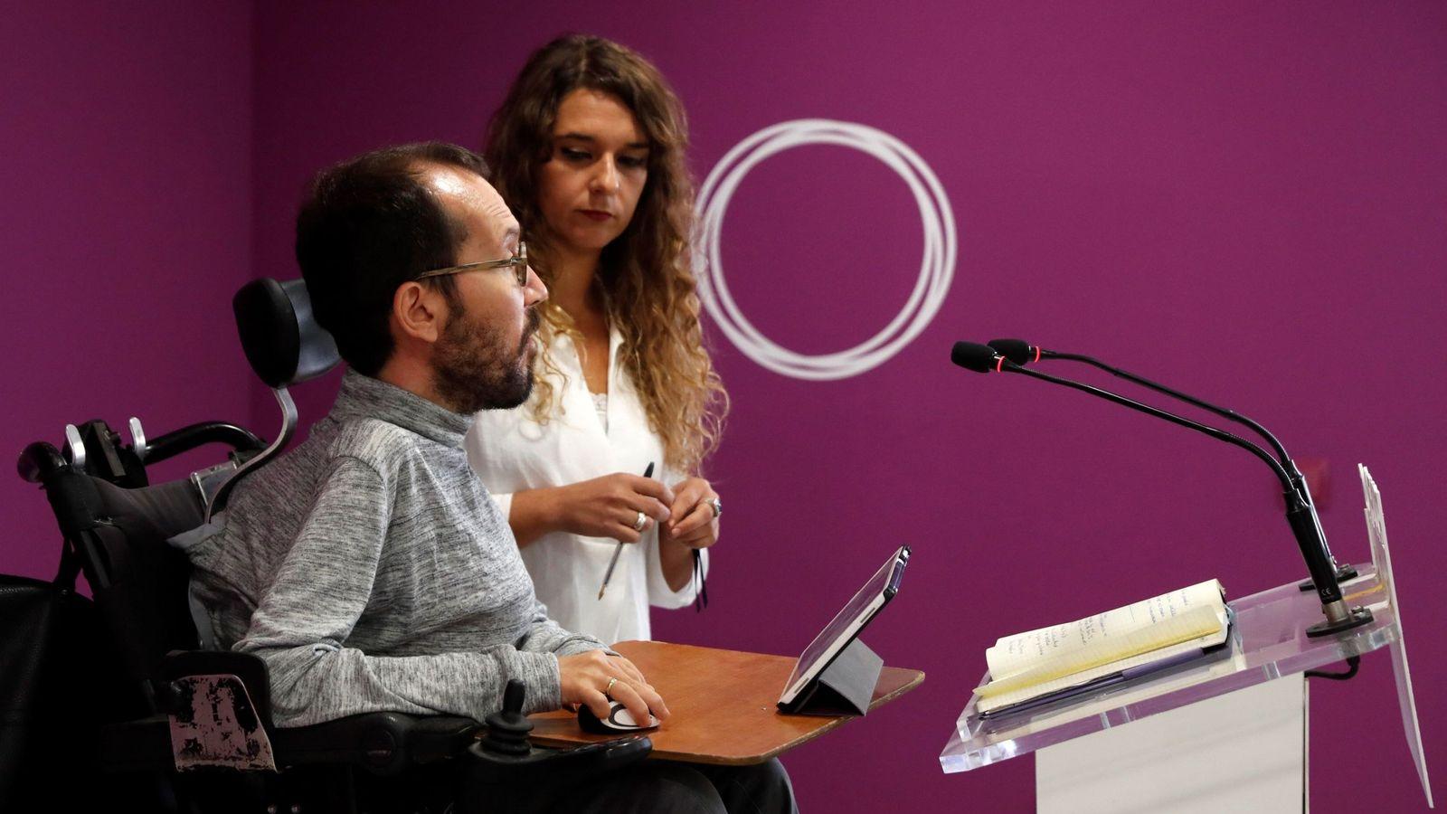 Foto: El secretario de Organización y Programa de Podemos, Pablo Echenique, y la diputada Noelia Vera durante la rueda de prensa ofrecida tras la ejecutiva de la formación. (EFE)