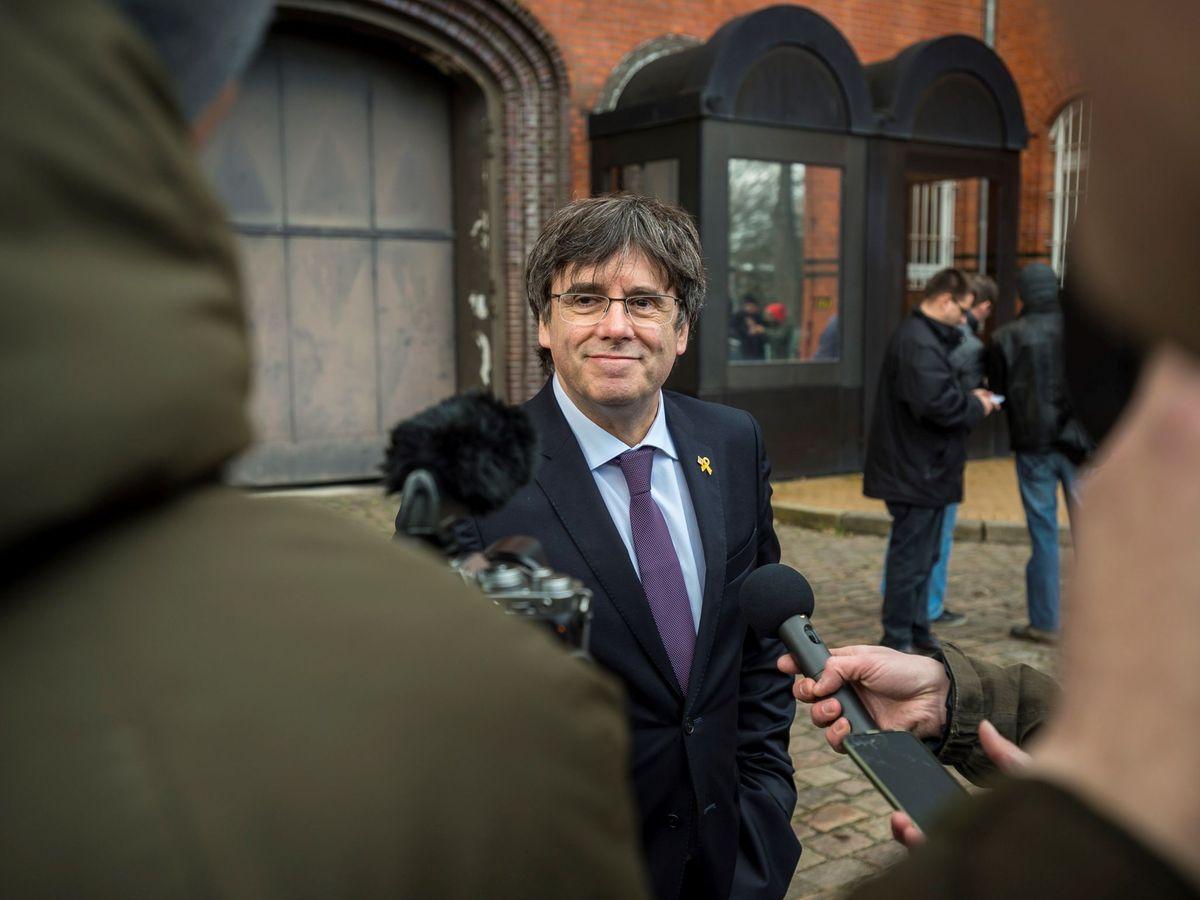 Foto:  El expresidente de la Generalitat Carles Puigdemont (c) hace una declaración a la prensa a las puertas de la prisión de Neumünster (Alemania). (EFE)