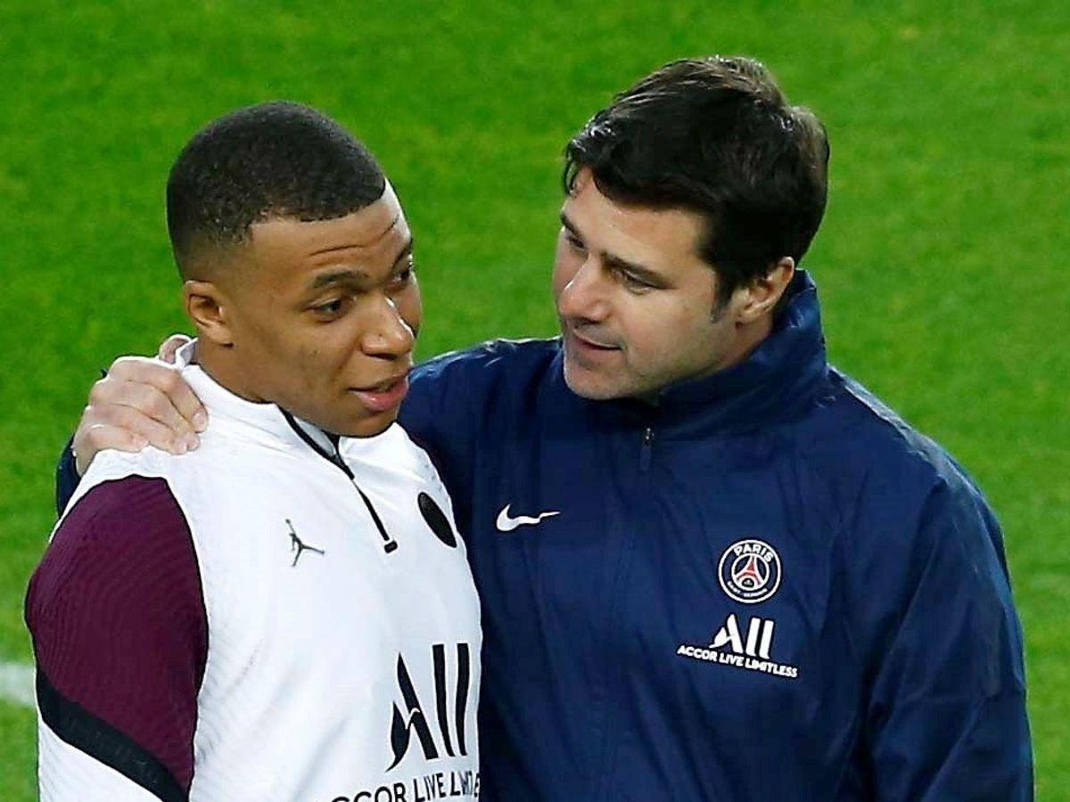 Mbappé junto a Pochettino antes del partido contra el Barcelona en el Camp Nou. (Efe)