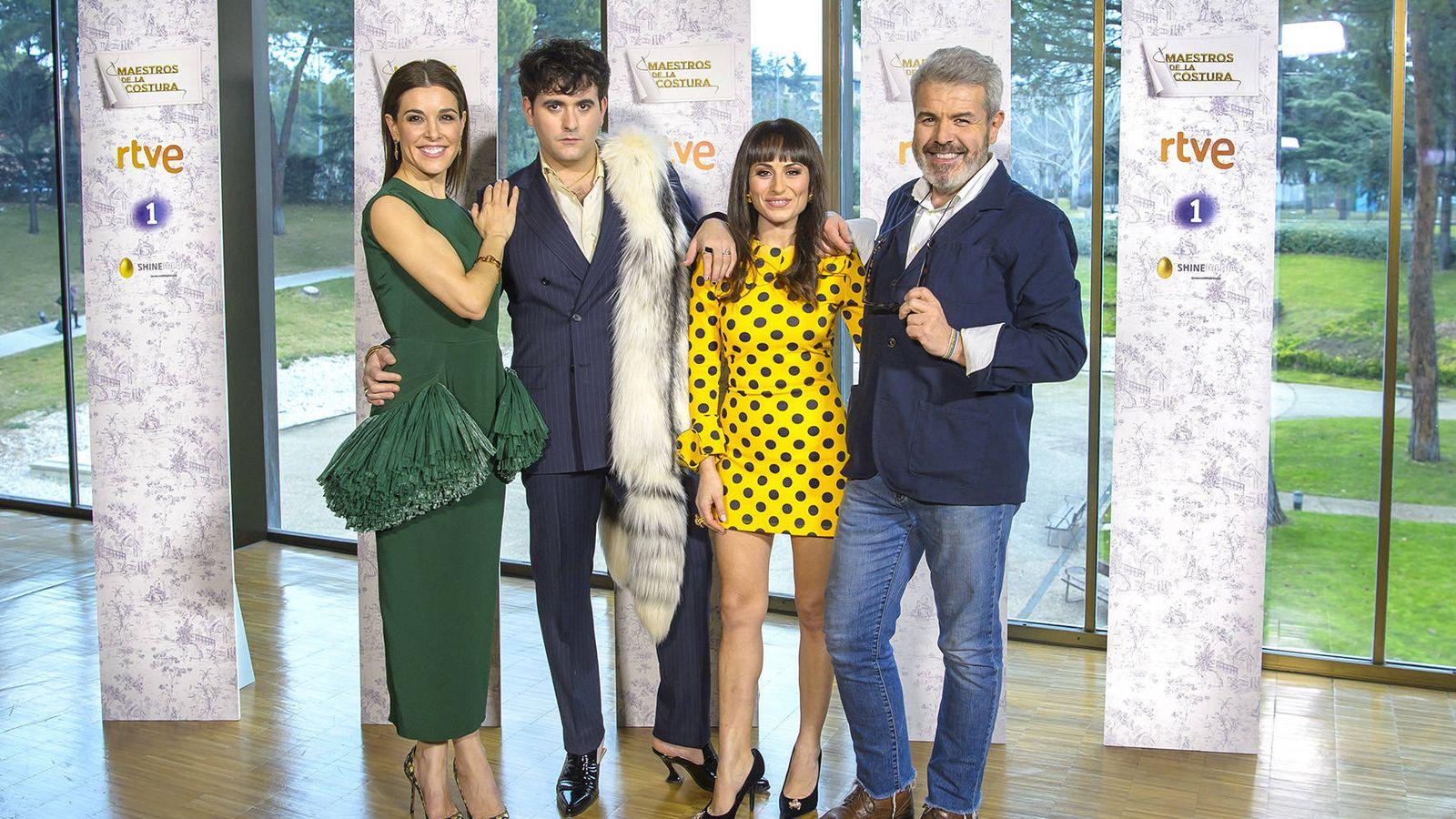 Foto: Presentadora y jurado de 'Maestros de la costura'. (TVE)