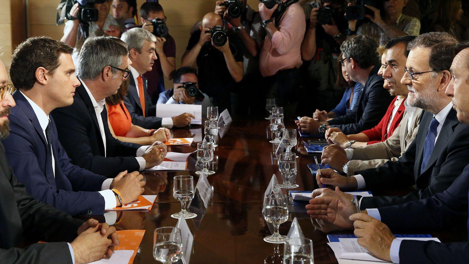 Foto: Fotografía de archivo de los equipos negociadores de Ciudadanos y PP ratificando el acuerdo de investidura. (EFE)