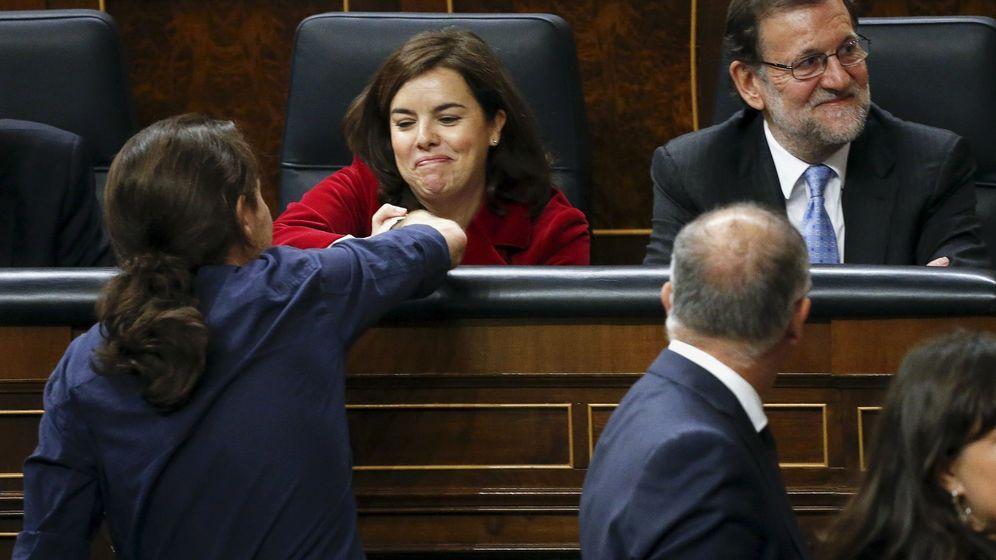Foto: El líder de Podemos, Pablo Iglesias, saluda a Soraya Sáenz de Santamaría. A su lado, el presidente del Gobierno en funciones, Mariano Rajoy. (Reuters)