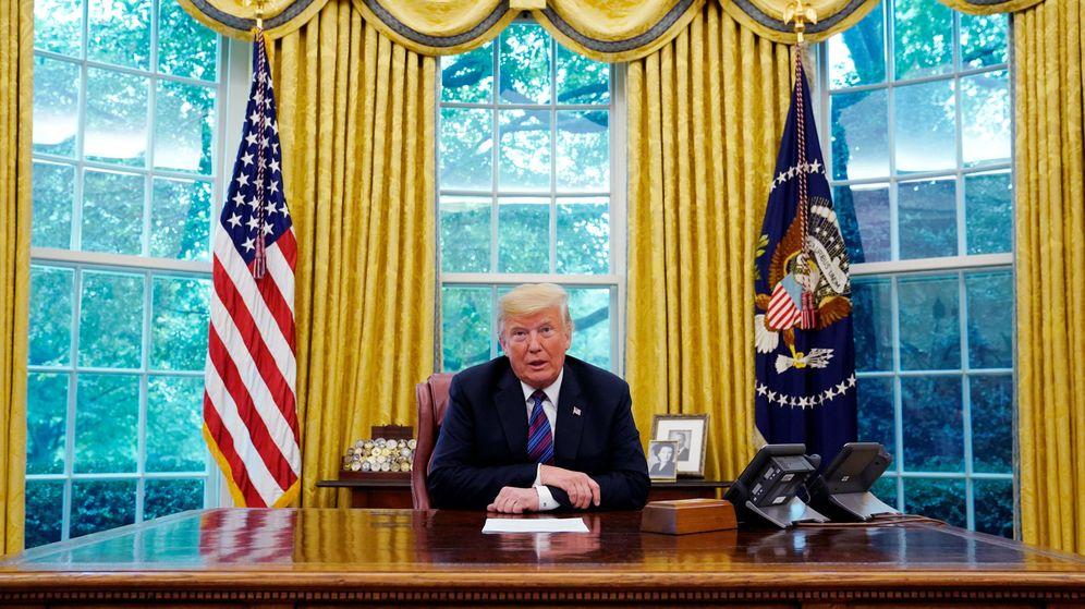 Foto: Donald Trump, hablando por el altavoz del teléfono con Enrique Peña Nieto. (EFE)