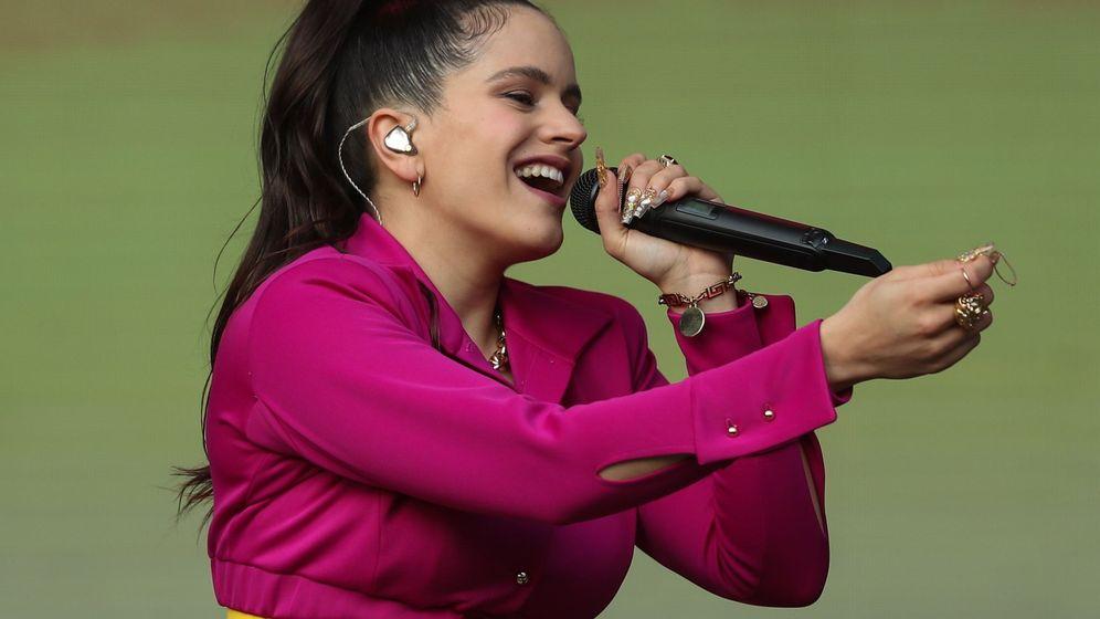 Foto: Rosalía, durante un concierto en el festival 'Lollapalooza' de Chile. (EFE)