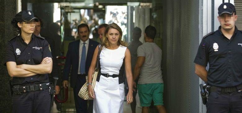 La secretaria general del PP, María Dolores de Cospedal, abandona la Audiencia Nacional. (EFE)