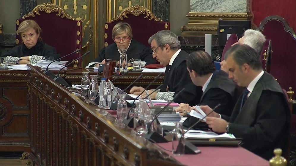 Foto: Los fiscales Javier Zaragoza y Fidel Cadena, junto al vicesecretario jurídico de Vox, Pedro Fernández, y el secretario general de Vox, Javier Ortega Smith. (EFE)