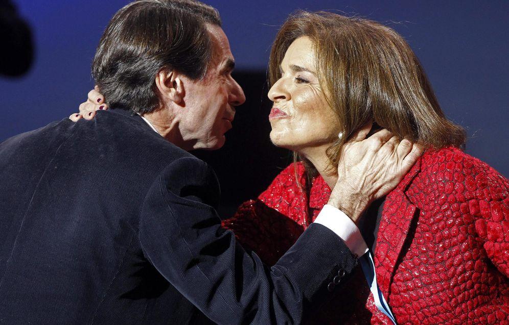 Foto: La ex alcaldesa de Madrid, Ana Botella, saluda a su marido, el presidente de honor del PP y expresidente del Gobierno, José María Aznar. (EFE)