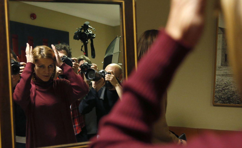 Dolores de Cospedal se prepara para la foto en el Congreso tras formalizar sus trámites como diputada. (EFE)