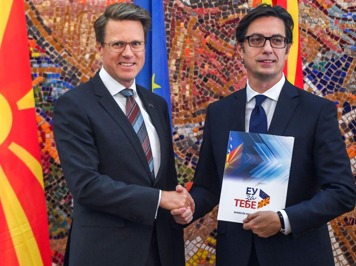 Foto: El representante de la Unión Europea (UE) en Skopje, Samuel Zbogar (i), y el presidente de Macedonia del Norte, Stevo Pendarovski (d). (EFE)