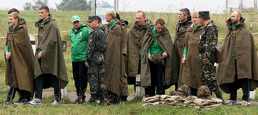 Foto: Óscar Garro, a la derecha, junto a futbolistas del Karpaty y soldados del Ejército de Ucrania (FOTOS: www.fckarpaty.lviv.ua/ua/)