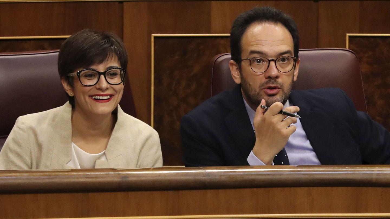 Los diputados Isabel Rodríguez y Antonio Hernando, el pasado 30 de mayo en el Congreso. (EFE)