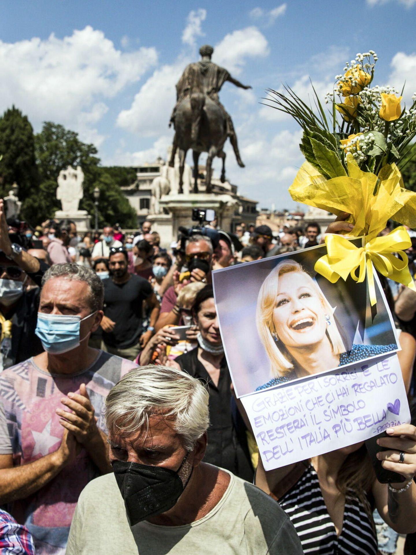 Cientos de admiradores dan su último adiós a la artista. (EFE)
