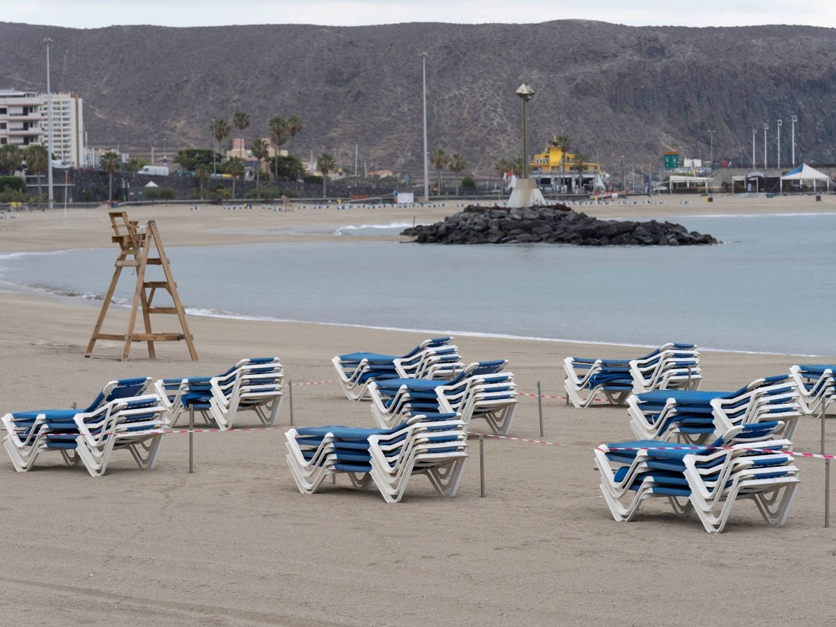 Foto: Playa Los Cristianos de Tenerife, cerrada el pasado mes de abril. (EFE)