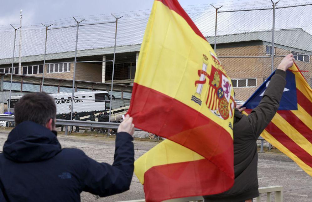 Foto: Una bandera española y una estelada.
