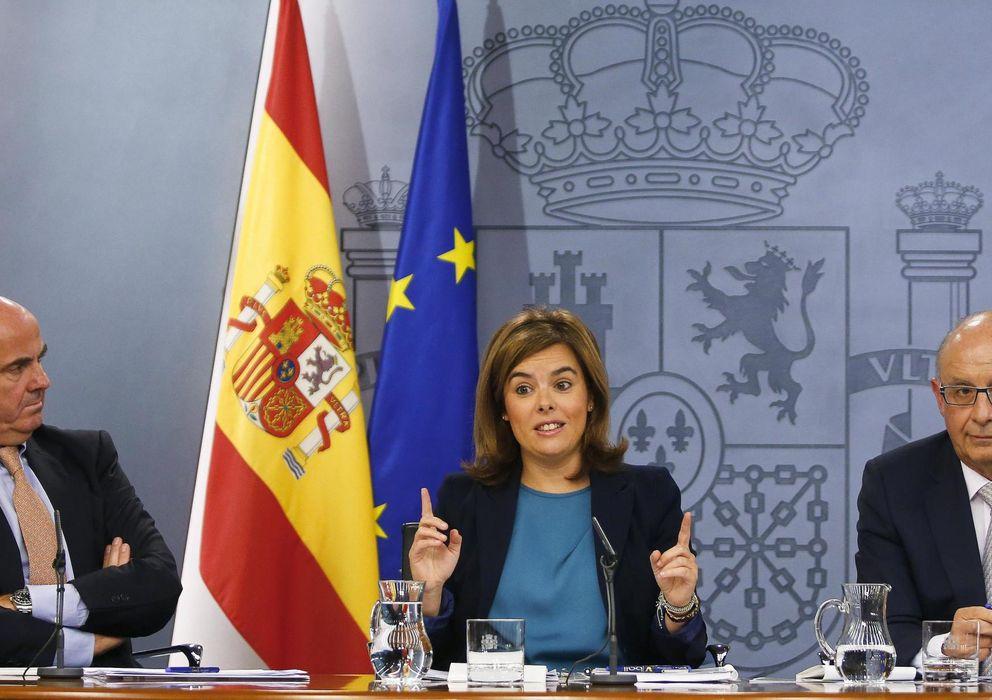 Foto: El ministro de Hacienda, Cristóbal Montoro, la vicepresidenta, Sáenz de Santamaría, y el ministro de Economía, Luis de Guindos. (Reuters)