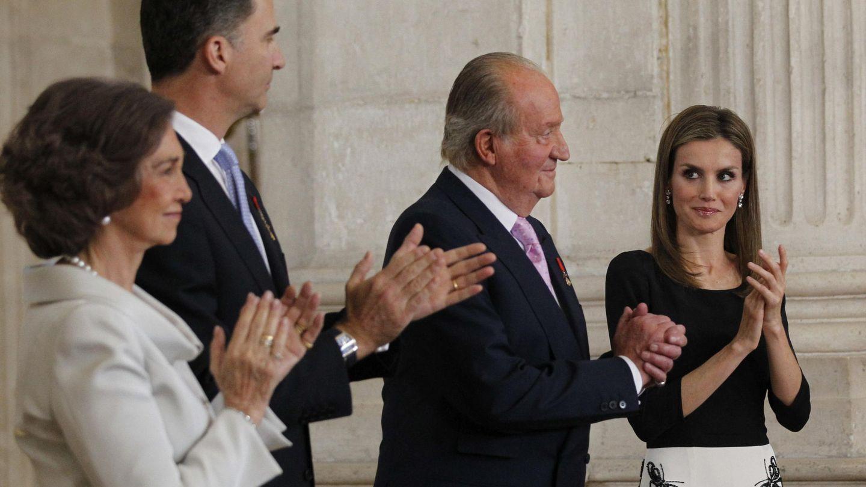 Los Reyes eméritos Juan Carlos y Sofía, junto a los Reyes en la ceremonia de abdicación en 2014. (EFE)