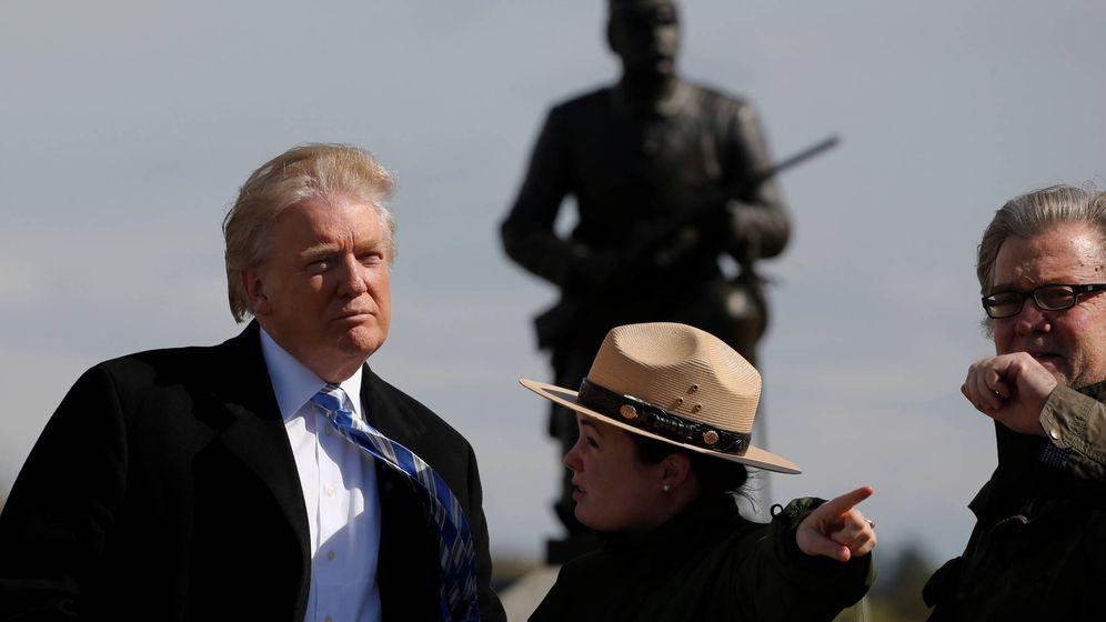 Foto: Trump y Steve Bannon durante una visita al Gettysburg National Military Park, en Gettysburg, Pensilvania (Reuters).