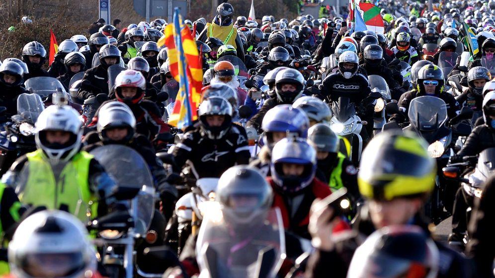 Foto: Decenas de motoristas circulando en un flujo de tráfico regulado. (EFE)