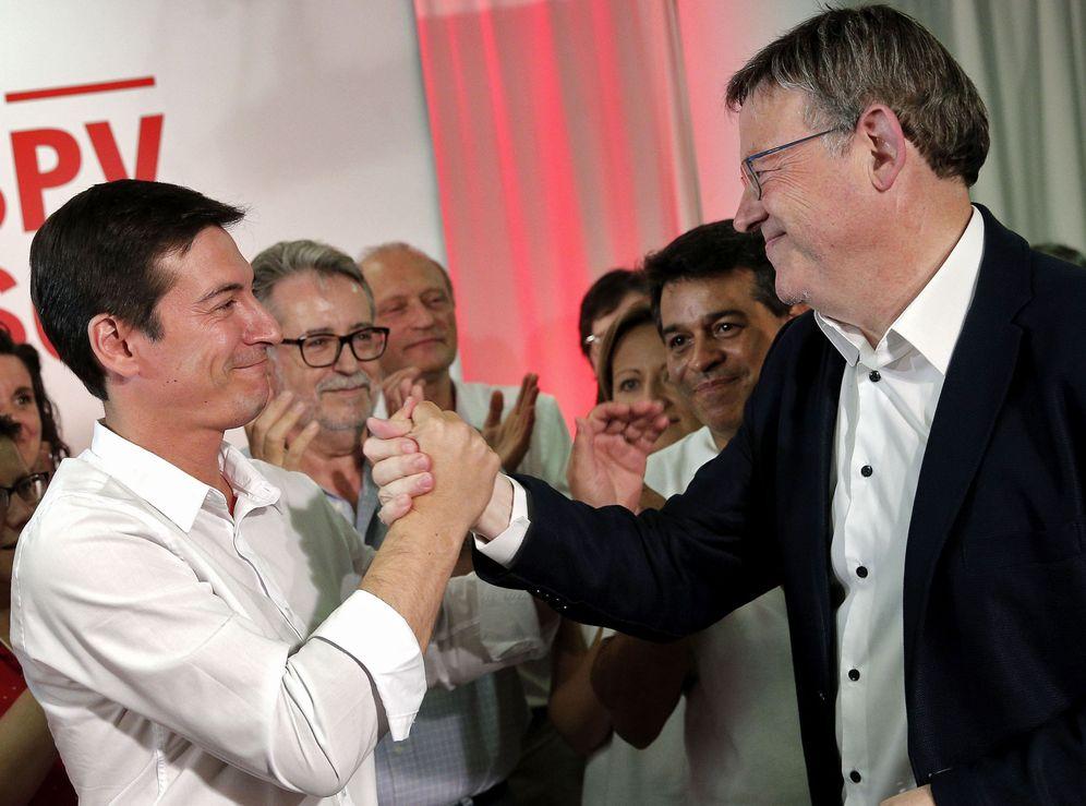 Foto: Rafa García (i), alcalde de Burjassot, felicita a Ximo Puig por su victoria en las primarias, este 16 de julio. (EFE)