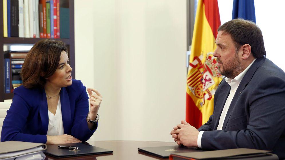 Foto: La vicepresidenta del Gobierno, Soraya Sáenz de Santamaría, junto a Oriol Junqueras. (EFE)