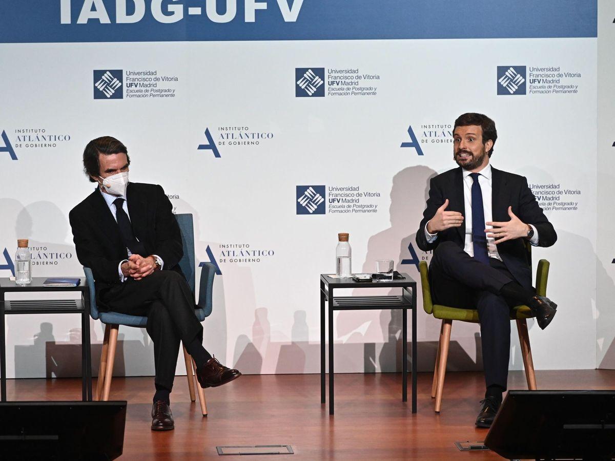 Foto: El expresidente del Gobierno, José María Aznar (i), conversa con el presidente del PP, Pablo Casado. (EFE)