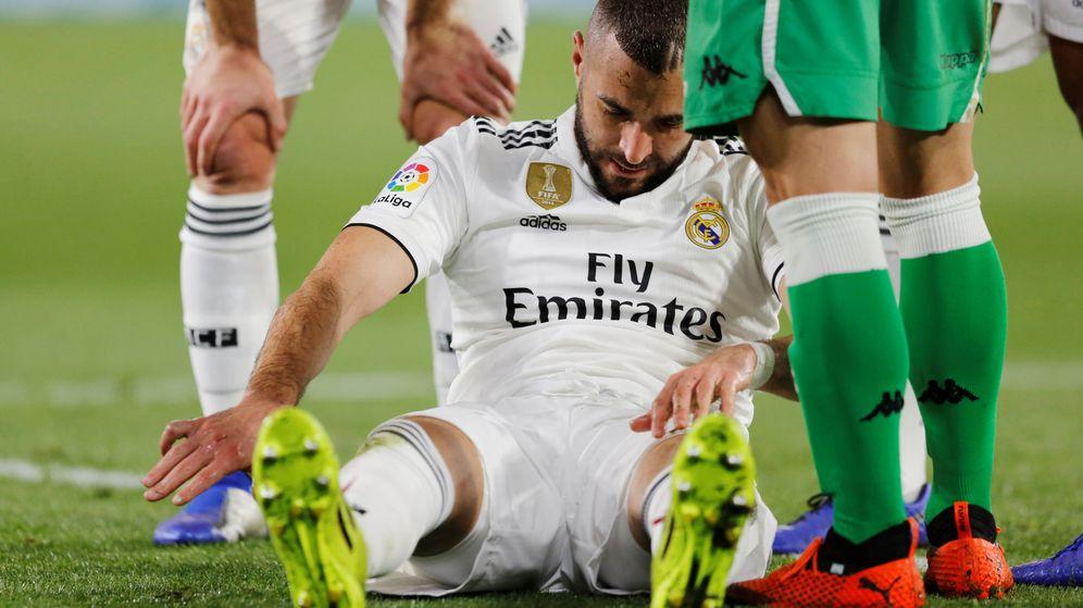 Foto: Benzema en el momento que se fracturó el dedo en el partido contra el Betis. (Efe)