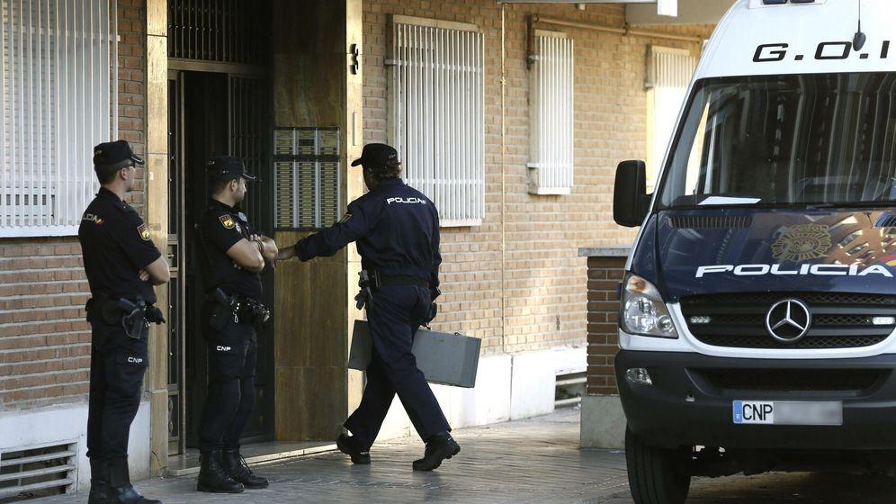 Foto: La Policía registra las viviendas del pederasta. (EFE)