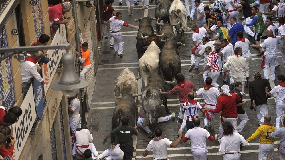 Foto: os mozos corren ante los toros de la ganadería de Miura, la más asidua en la feria del toro de Pamplona, que cierra hoy los encierros de los sanfermines 2015. (EFE)