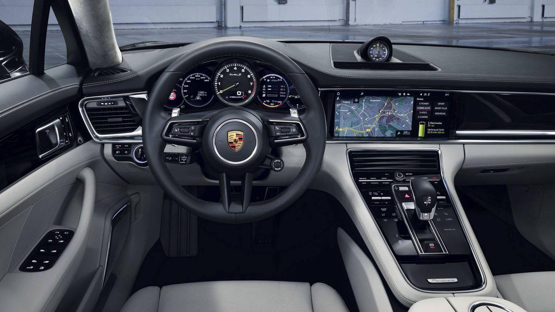 Interior del nuevo Porsche Panamera con sus grandes pantallas.